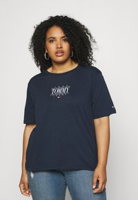 Tommy Jeans Curve - ESSENTIAL LOGO TEE - Print T-shirt - twilight navy - 0