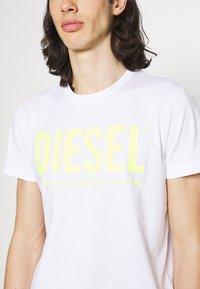 Diesel - T-DIEGO-LOGO - Printtipaita - white/lemon - 3