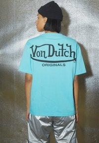 Von Dutch - ARI - Print T-shirt - blue - 2