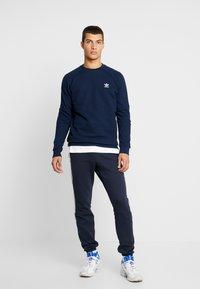 adidas Originals - ESSENTIAL CREW UNISEX - Bluza - collegiate navy - 1