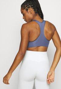Nike Performance - BRA - Sujetadores deportivos con sujeción media - world indigo/white - 2