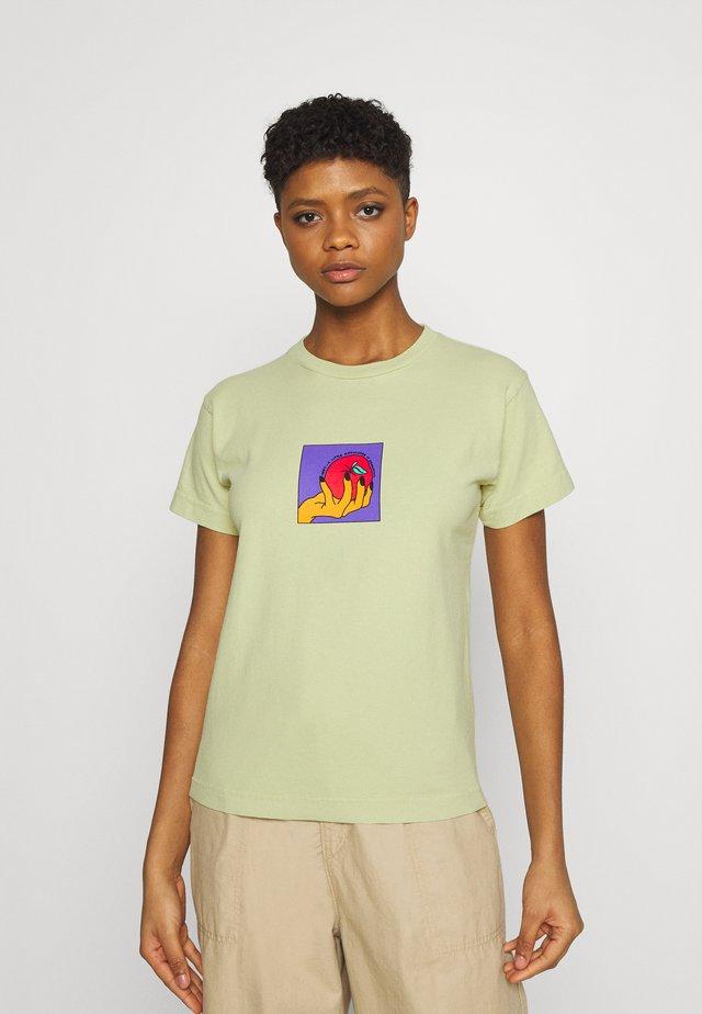 APPLE A DAY - Camiseta estampada - pale green