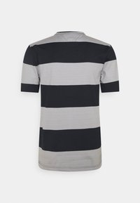 Tommy Hilfiger - FASHION BLOCK STRIPE TEE - T-shirt med print - desert sky/iron grey - 1