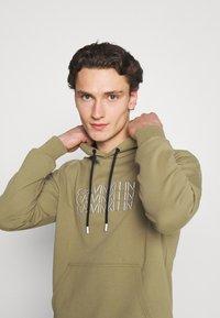 Calvin Klein - TRIPLE CENTER LOGO HOODIE - Sweatshirt - green - 3