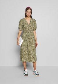 JUST FEMALE - DOVE DRESS - Kjole - black/yellow - 1