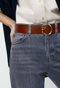 Massimo Dutti - MIT QUADRATISCHER SCHNALLE - Belt - brown - 0