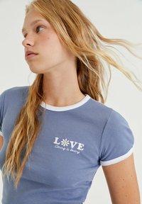 PULL&BEAR - T-shirt med print - blue-grey - 3