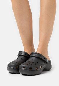 Crocs - CLASSIC PLATFORM  - Muiltjes met hak - black - 0