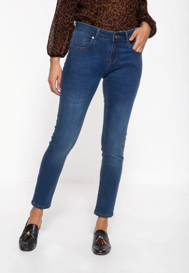 MIT LEGEREN WASCHUNGEN LEONI - Slim fit jeans - blau
