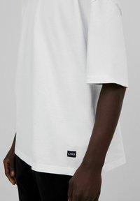 Bershka - OVERSIZED - T-shirt basique - white - 8