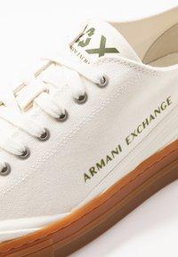 Armani Exchange - Tenisky - offwhite - 5