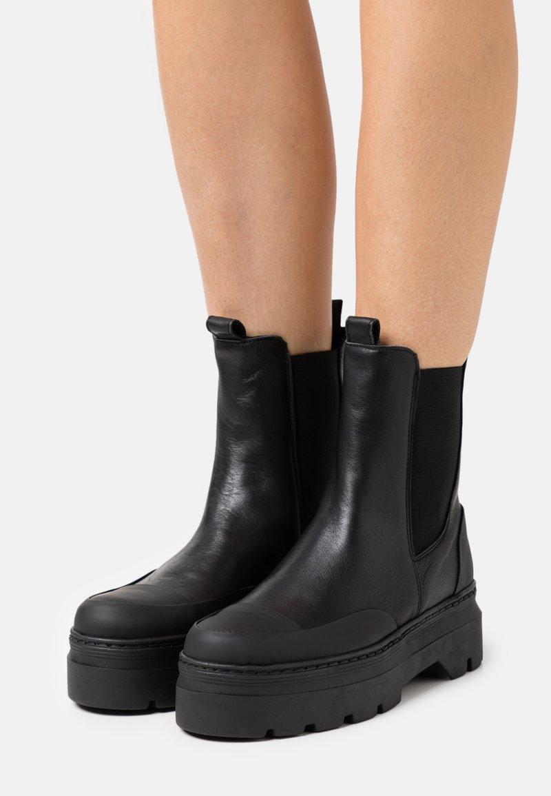 Pavement - VIOLA  - Platform ankle boots - black garda