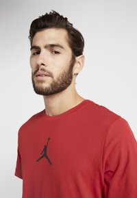 Jordan - JUMPMAN CREW - Print T-shirt - gym red/black - 3