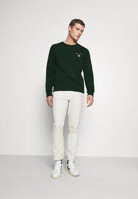 GANT - MEDIUM SHIELD CNECK - Sweatshirt - tartan green - 1