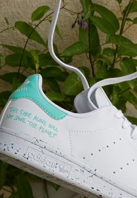 adidas Originals - STAN SMITH PRIMEGREEN VEGAN - Sneakersy niskie - footwear white/easy green - 3