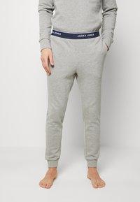 Jack & Jones - JACLOUNGE SET - Pyjamas - light grey melange - 3