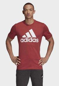 adidas Performance - MUST HAVES BADGE OF SPORT T-SHIRT - Camiseta estampada - red - 0