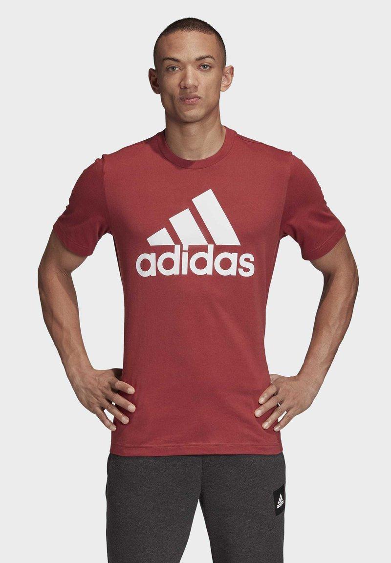 adidas Performance - MUST HAVES BADGE OF SPORT T-SHIRT - Camiseta estampada - red