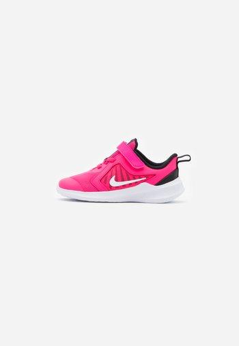 DOWNSHIFTER 10 UNISEX - Neutral running shoes - hyper pink/white/black