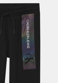 Calvin Klein Jeans - REFLECTIVE LOGO SLIM FIT UNISEX - Pantalon de survêtement - black - 2