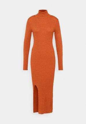 YASSBIRIELLA ROLLNECK DRESS - Pouzdrové šaty - rust