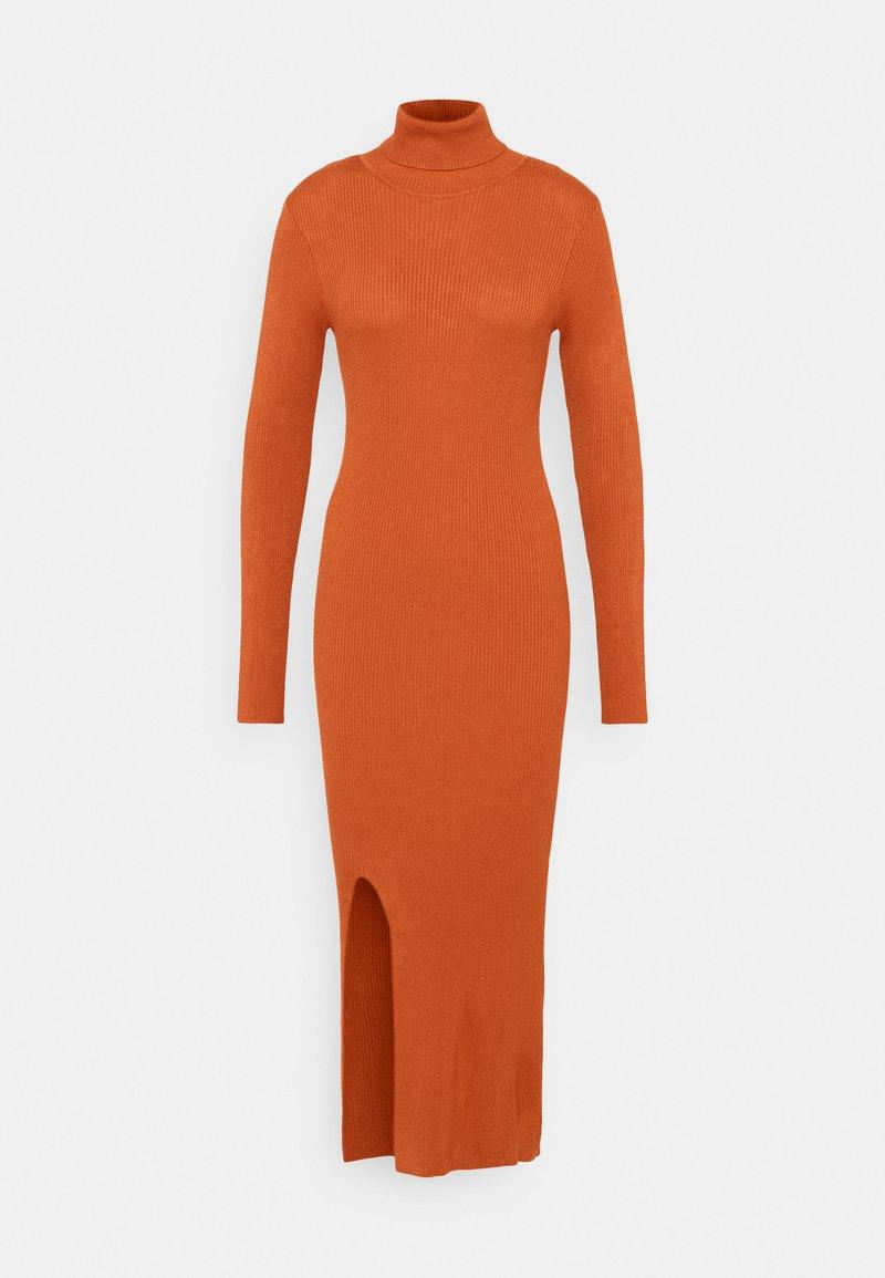 YAS Tall - YASSBIRIELLA ROLLNECK DRESS - Pouzdrové šaty - rust