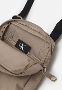 Calvin Klein Jeans - SPORT ESSENTIALREPORTER UNISEX - Sac bandoulière - crockery - 2