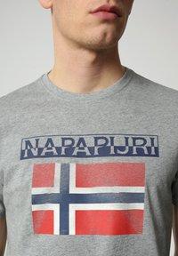 Napapijri - S-SURF FLAG - Print T-shirt - medium grey melange - 3