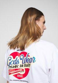 GCDS - SANFORIZED TEE - Print T-shirt - white/red - 5
