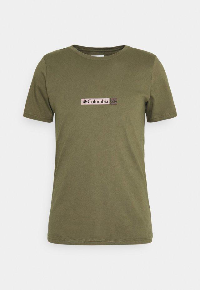 RAPID RIDGE BACK GRAPHIC TEE II - T-shirt print - stone green triple peak