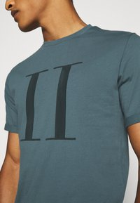Les Deux - ENCORE  - Print T-shirt - blue fog/anthrazit - 6