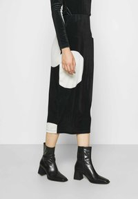 Who What Wear - HIGH WAISTED PENCIL SKIRT - Pencil skirt - black/white - 0