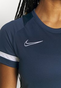 Nike Performance - T-shirt con stampa - obsidian/white - 6