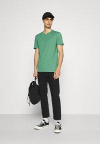 Pier One - 5 PACK - T-shirt basic - green/grey/yellow - 0