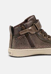 Geox - KALISPERA GIRL - Sneakers hoog - dark beige - 4