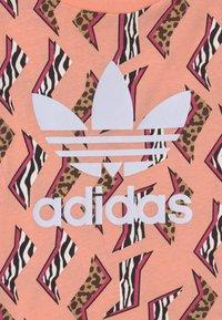 adidas Originals - TREFOIL  - T-shirt imprimé - glow pink/multicolor/white - 2