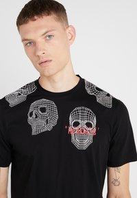 Neil Barrett BLACKBARRETT - 3D MESH SKULLS - T-shirt imprimé - black/white/red - 5