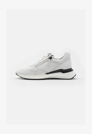 Sneaker low - weiß/gun