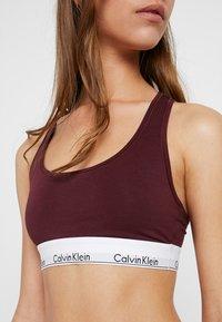 Calvin Klein Underwear - MODERN BRALETTE - Biustonosz bustier - deep maroon/white - 4
