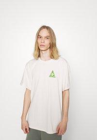 HUF - BUDDY TEE - Print T-shirt - natural - 0