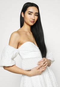 NA-KD - EMBROIDERED MINI DRESS - Vestito elegante - white - 3