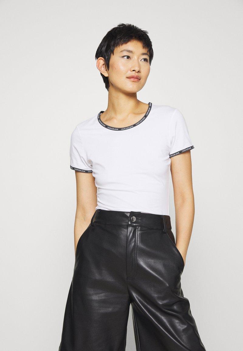 Calvin Klein Jeans - LOGO TRIM - Print T-shirt - bright white
