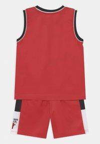 Outerstuff - SPACE JAM NBA CHICAGO BULLS TEAM ZONE DEFENSE SET UNISEX - Pelipaita - red - 1