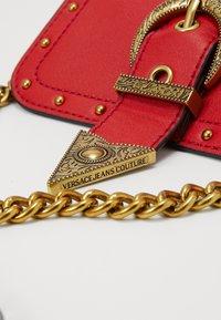 Versace Jeans Couture - DISCOBAGRODEO - Taška spříčným popruhem - rosso - 5