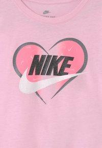 Nike Sportswear - SEASONAL HEART - Print T-shirt - pink foam - 2