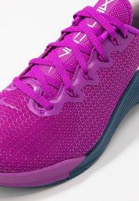 Nike Performance - METCON 5 - Zapatillas de entrenamiento - vivid purple/valerian blue/barely rose - 6
