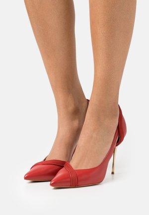 LOUAKO - Classic heels - rouge