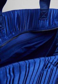 Desigual - DUFFLE BAG PLEATS BLUE - Sports bag - royal - 5