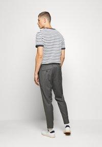 Selected Homme - JAX GREY CROP PANTS - Trousers - grey - 2