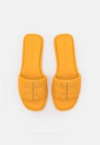 Tory Burch - DOUBLE T SPORT SLIDE - Klapki - light yellow - 4